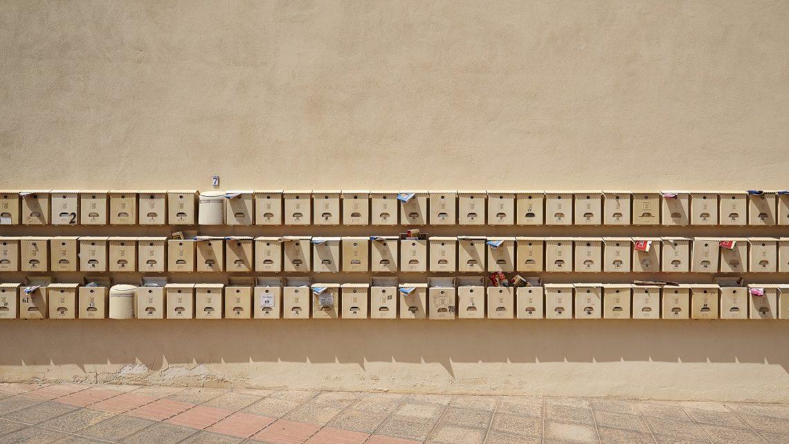 Ulotki na klatkach i w skrzynkach na listy – czy to dobry sposób na znalezienie mieszkania?